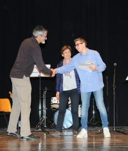 Il Presidente di Giuria Paolo Venti premia il vincitore Matteo Valan