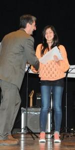 Asia Rosolen sorridente riceve le congratulazioni del Sindaco Andrea Carli